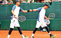 Bob and Mike Bryan showing positive body language in between points.